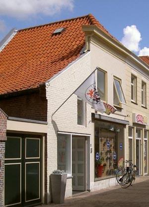 """Lopikerstraat 48-50, oude goudsmidswerkplaats anno 1873 onder één kap met goudsmidswoning, oorspronkelijk anno ca. 1495, verbouwd ca.1875 en recent in 2003. De werkplaats sinds 2003 """"Edelsmederij Marjon Kappers, MK""""."""